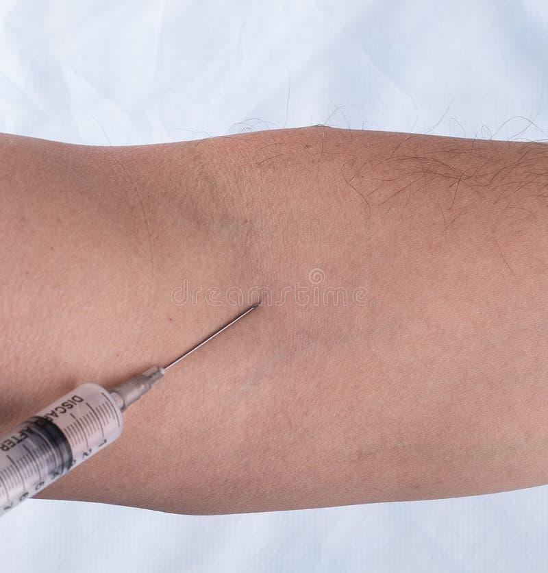 Вакционная впрыска в руке человека стоковое изображение rf