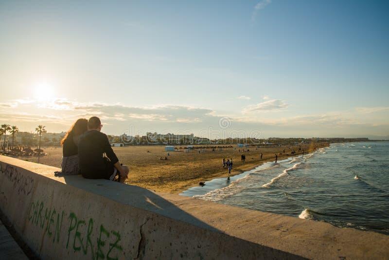 Валенсия, Испания - 05 18 2018: Заход солнца над красивым пляжем El Cabanyal стоковые фото