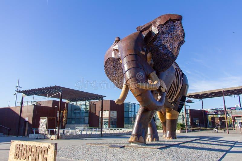 ВАЛЕНСИЯ, ИСПАНИЯ - 19-ОЕ ЯНВАРЯ 2019: Большая скульптура слона, сделанная с древесиной и утюгом, на парадном входе зоопарка Biop стоковое изображение rf