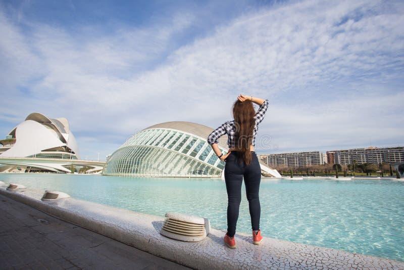Валенсия, Испания, 2-ое января 2018, задний взгляд женщины стоя на предпосылке здания Hemisferic Город  стоковое фото