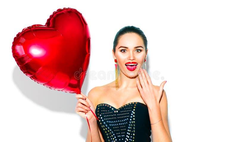 Валентайн дня s Удивленная девушка красоты с красным сердцем сформировала воздушный шар стоковые изображения rf