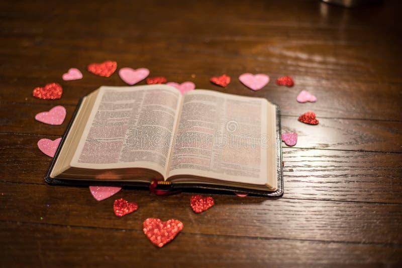 Валентинки сердце и библия на деревянном столе стоковое фото