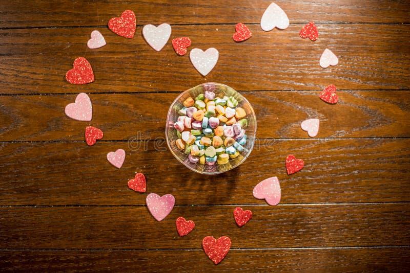 Валентинки сердце и конфеты возлюбленн стоковые фотографии rf