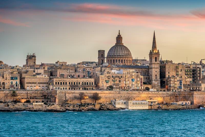 Валлетта, Мальта: горизонт от гавани Marsans на заходе солнца стоковое изображение