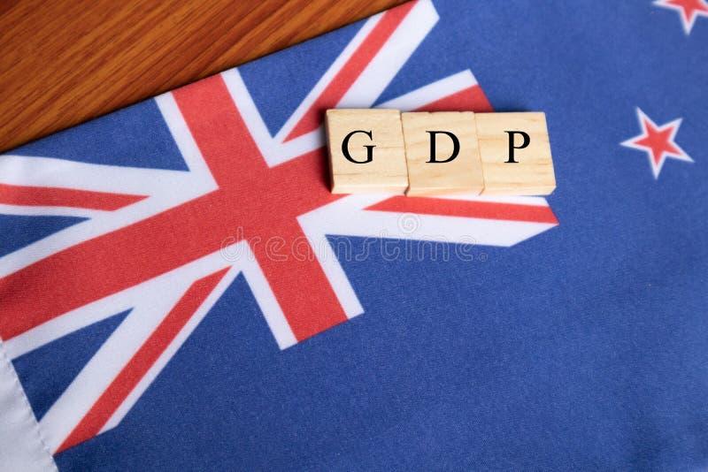 Валовый национальный продукт или ВВП Австралии в деревянных печатных буквах на австралийском флаге стоковые фотографии rf