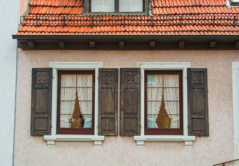 ВАЛЬДОРФ, ГЕРМАНИЯ - 4-ОЕ ИЮНЯ 2017: Конец-вверх дома немецкой деревни жилого, свои окна с старыми деревянными штарками стоковое фото