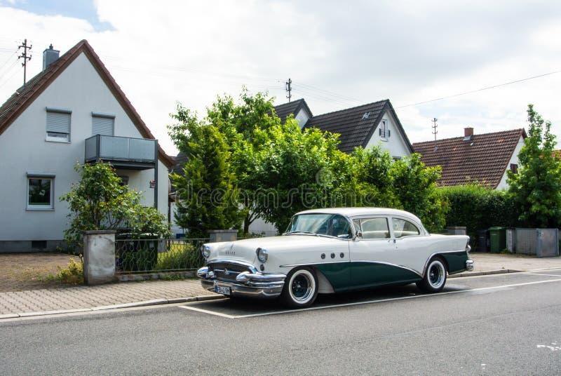 ВАЛЬДОРФ, ГЕРМАНИЯ - 4-ОЕ ИЮНЯ 2017: 1950s Buick белого и темного ого-зелен цвета на улице деревни Вальдорфа стоковое фото rf
