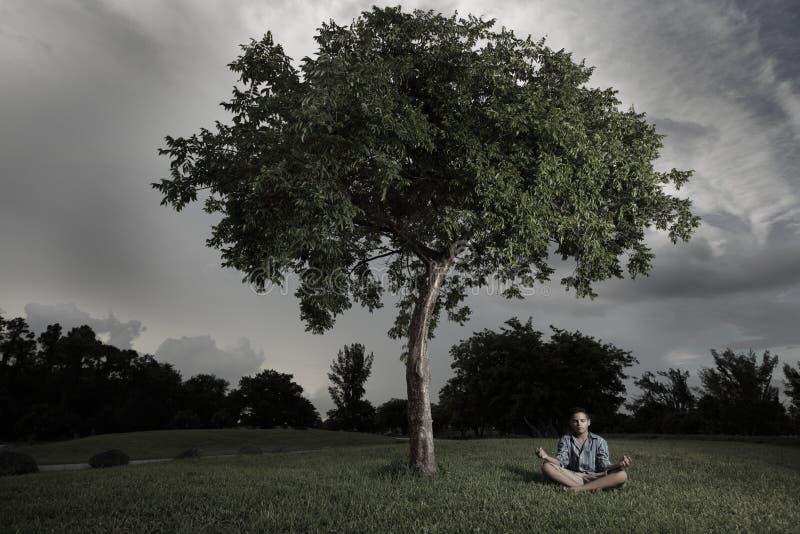 вал мальчика meditating вниз стоковая фотография rf