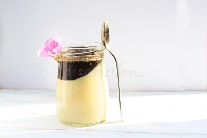 Ванильная плитка panna с соусом шоколада, итальянским десертом стоковые изображения rf