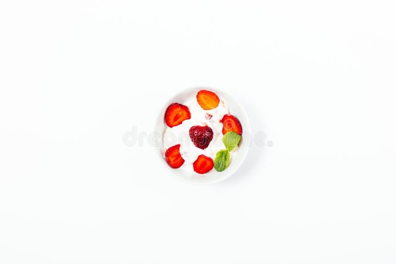 Ванильное мороженое в шаре, украсило со свежими клубниками стоковое фото rf