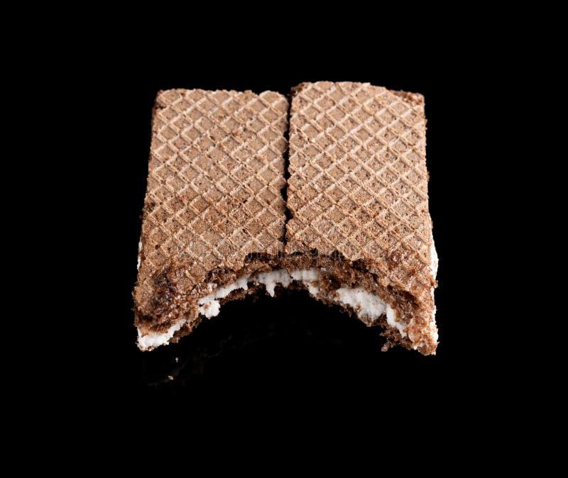 Ванильные блоки вафли вкуса с большим укусом на черноте стоковое фото