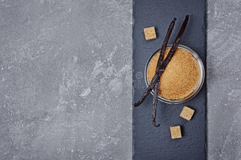 Ванильные стручки с коричневым тростниковым сахаром как ингридиент для печь стоковые фотографии rf