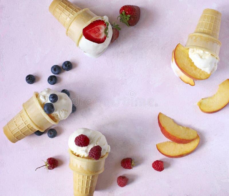 Ванильный вкус мороженого в конусах с ягодами и плодоовощами лета стоковая фотография rf