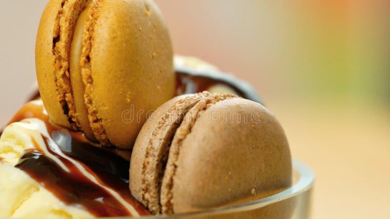 Ванильный крупный план макроса мороженого с печеньями соуса и macron шоколада стоковые изображения