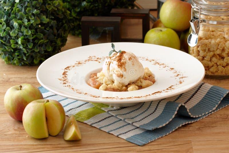 ваниль льда crumble сливк яблока стоковая фотография