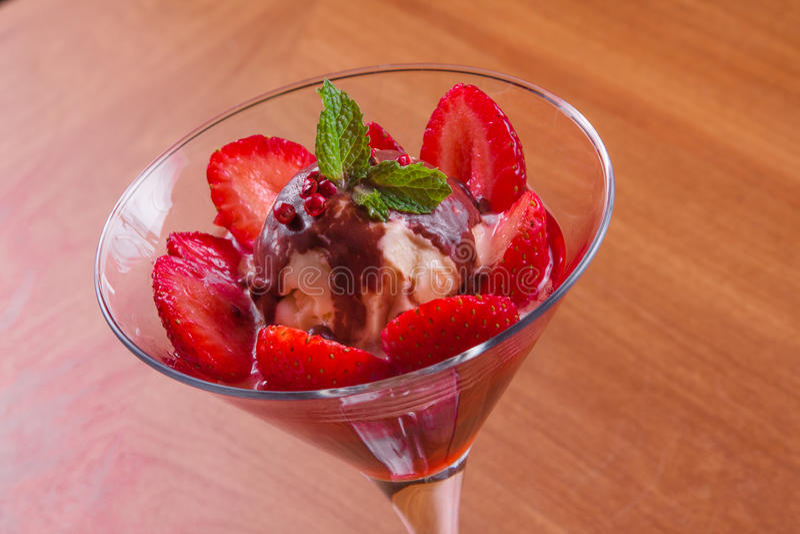 Ванильное мороженое с клубникой стоковое фото rf