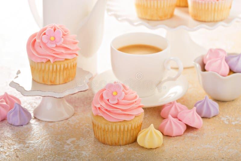 Ванильные пирожные с розовый замораживать поленики стоковое изображение