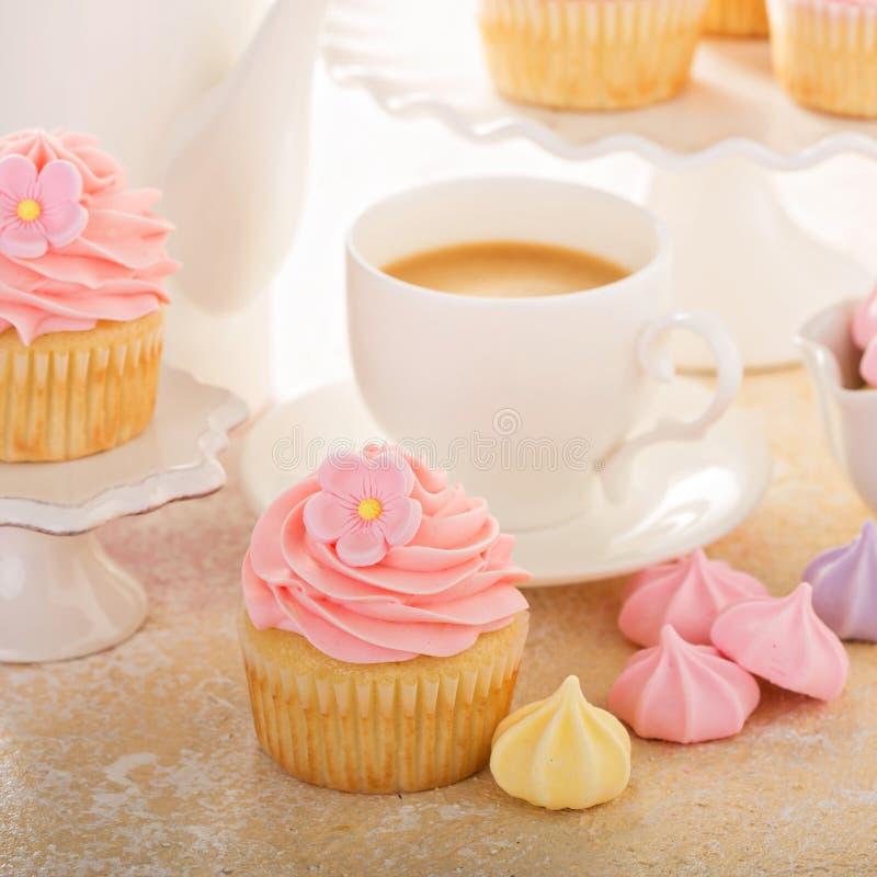 Ванильные пирожные с розовый замораживать поленики стоковые фото