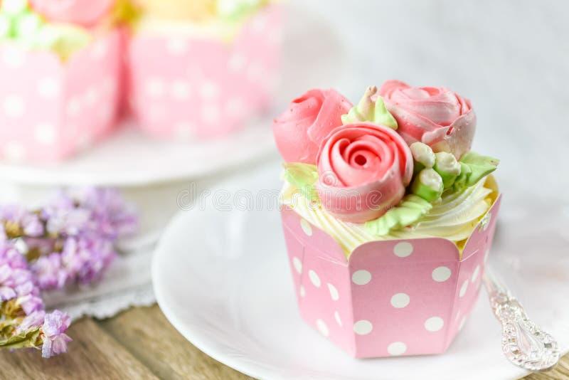 Ванильный торт и ложка чашки на плите с чашкой испекут в backgroun стоковое изображение