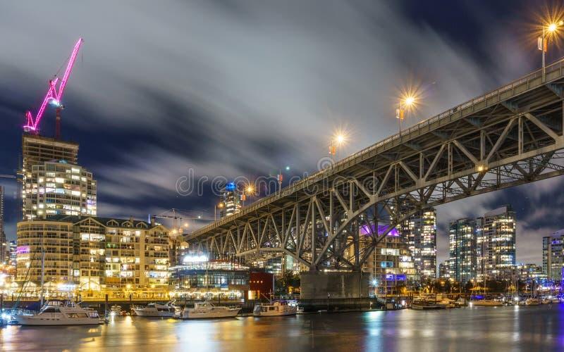 Ванкувер Канада - 15-ое декабря 2017: Мост и Ванкувер Granville городские на взгляде nighttime от острова Granville стоковые изображения