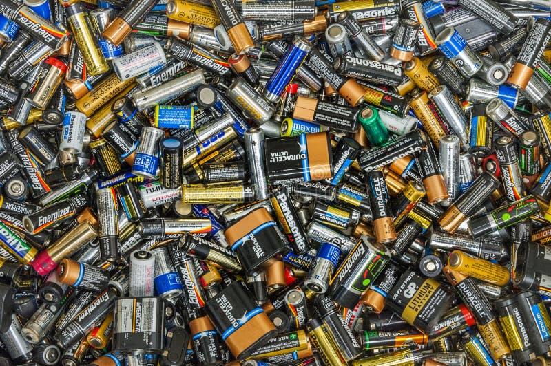 Ванкувер, Канада - 2-ое октября 2004: Куча мертвых используемых батарей одиночной пользы устранимых стоковая фотография rf