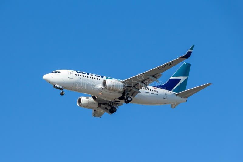 Ванкувер, Канада - около 2018: Боинг 737 в ливрее Westjet стоковое изображение rf