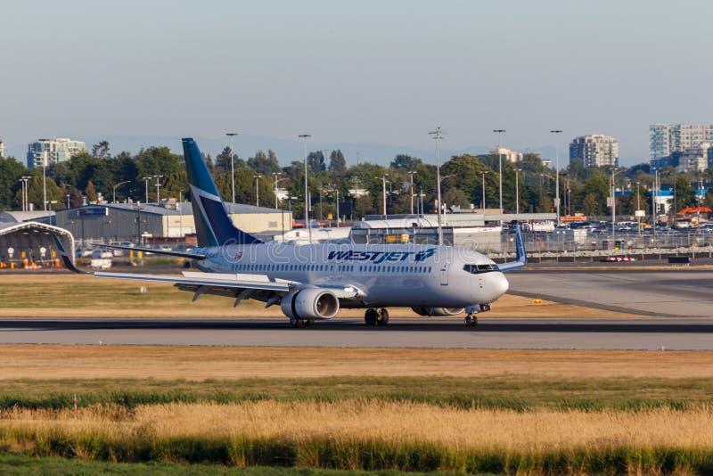 Ванкувер, Канада - около 2018: Боинг 737 в ливрее Westjet стоковые фотографии rf