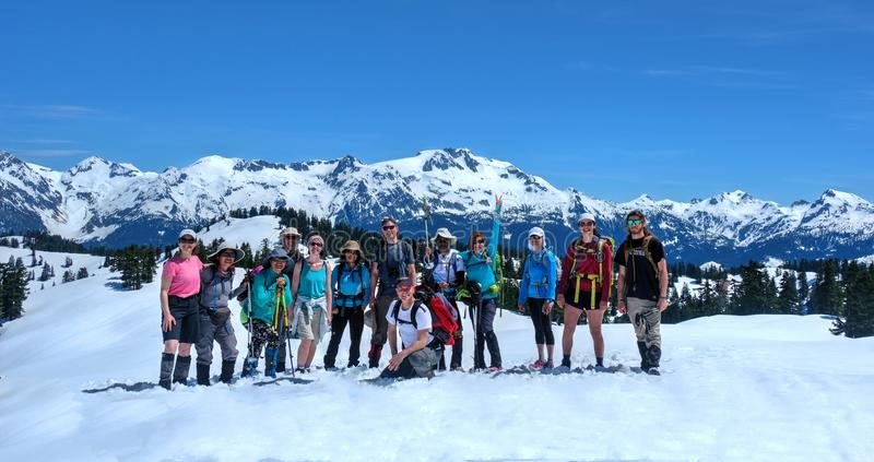 ВАНКУВЕР, BC/CANADA - 22-ОЕ МАЯ 2017: Группа в составе друзья на следе к Elfin озерам около Squamish Snowshoeing в море к саммиту стоковое фото