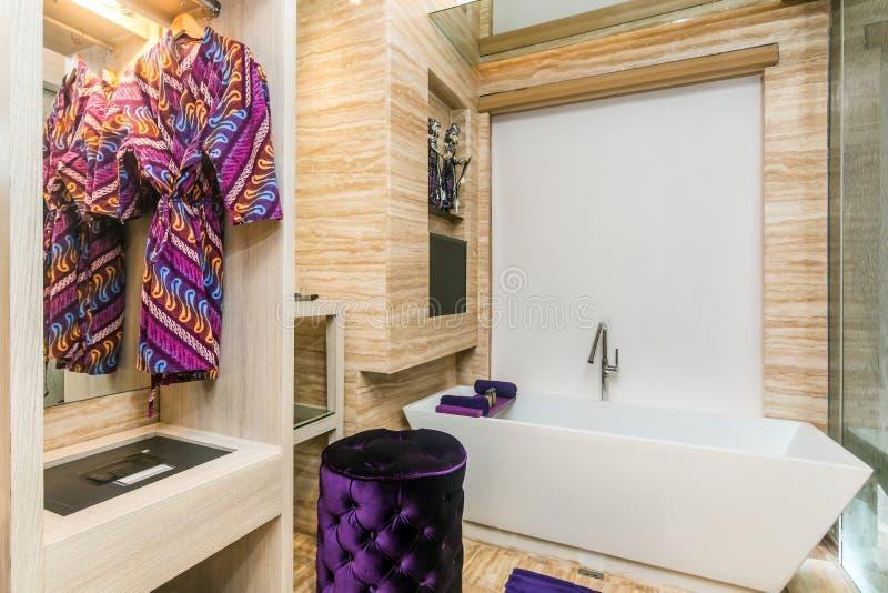 Ванная комната больших и роскошной гостиницы стоковые изображения rf