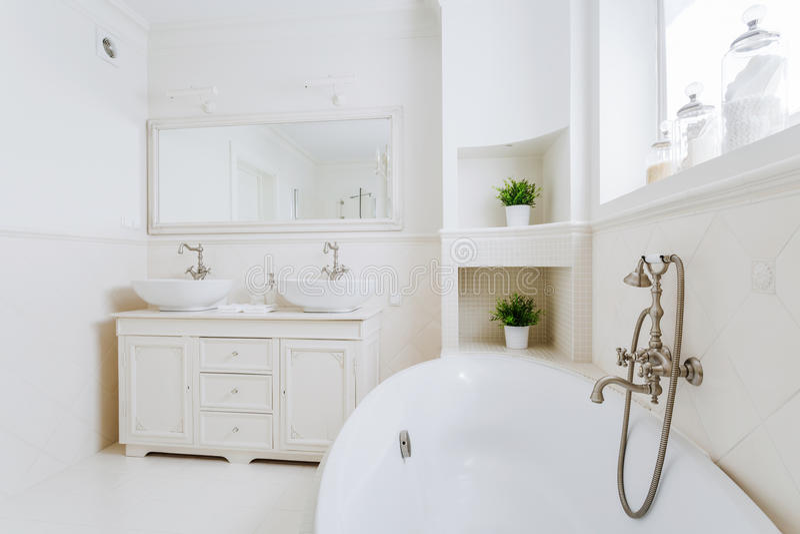 Ванная комната вполне света солнца стоковая фотография