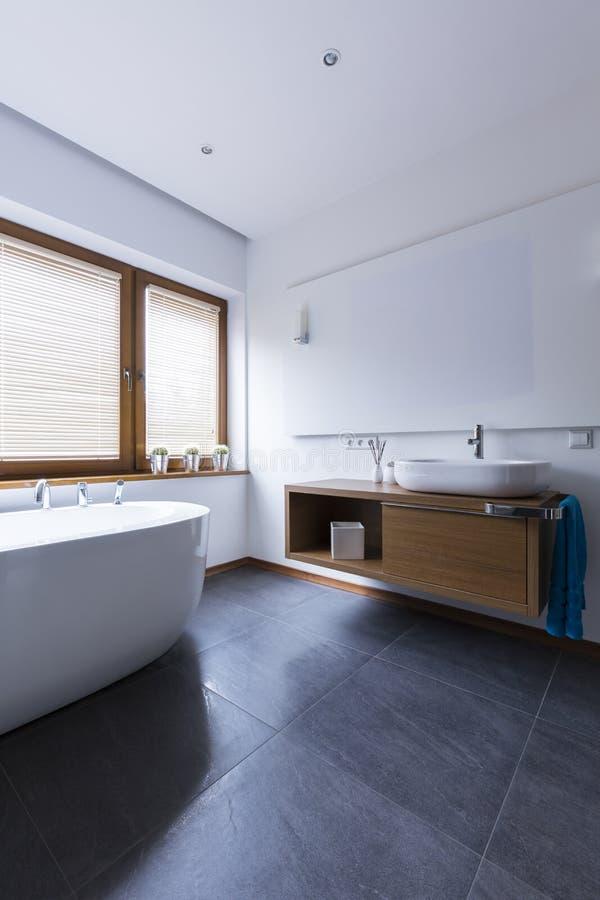Ванная комната вполне света стоковые фотографии rf