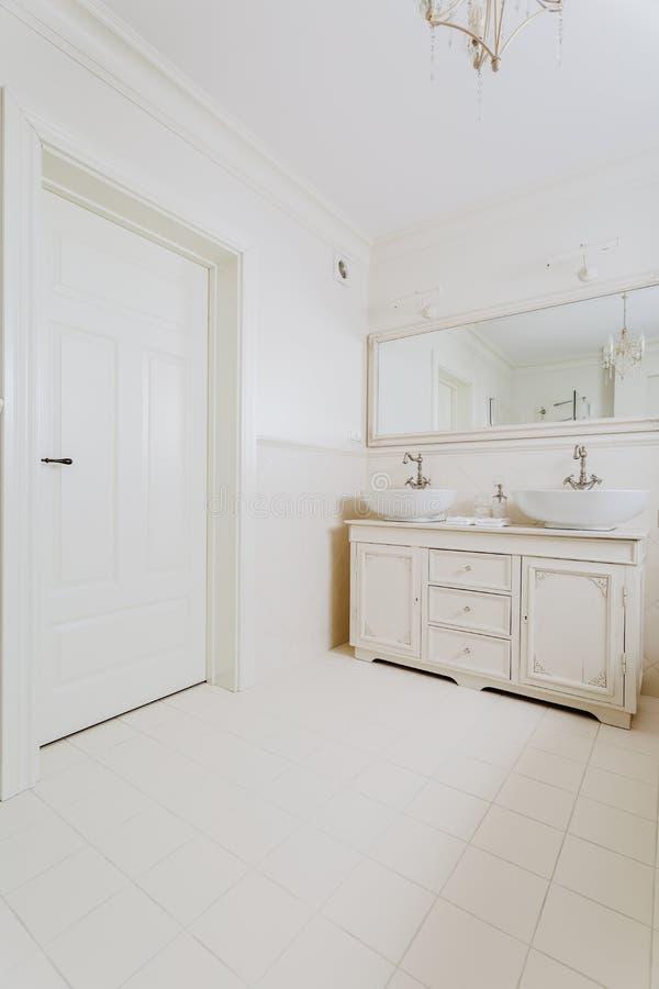 Ванная комната в ретро стиле стоковое фото rf