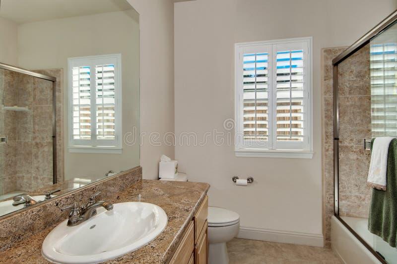 ванная комната просто стоковое фото rf