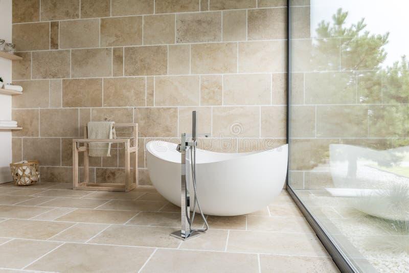 Ванная комната с большим окном стоковая фотография rf