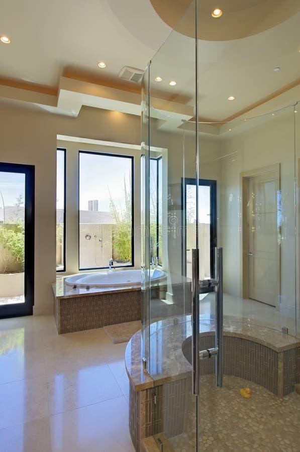 Ванная комната с кабиной ванны и ливня стоковое фото
