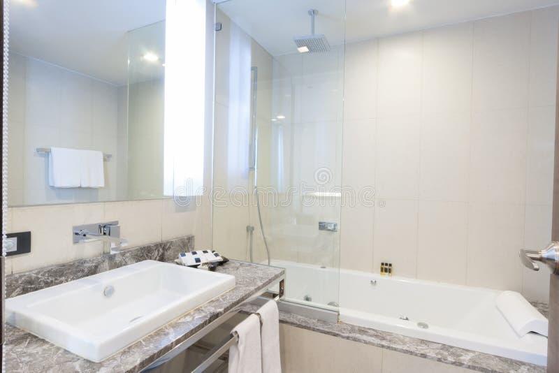 Download Ванная комната стоковое фото. изображение насчитывающей мебель - 33739380