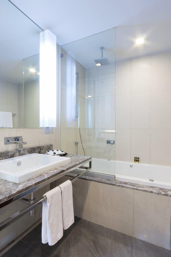 Download Ванная комната стоковое фото. изображение насчитывающей кондоминиум - 33739390