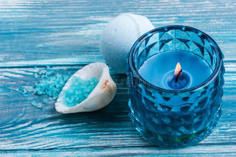 Ванна взрывает крупный план с свечой освещенной синью стоковое фото