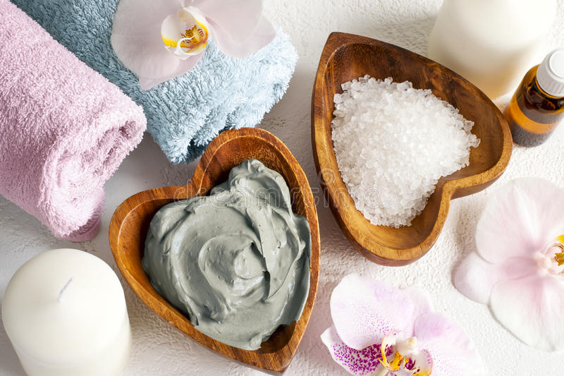 ванна вспомогательного оборудования миражирует полотенца спы установки Косметическая маска тела сделанная из голубой глины, соли  стоковые изображения
