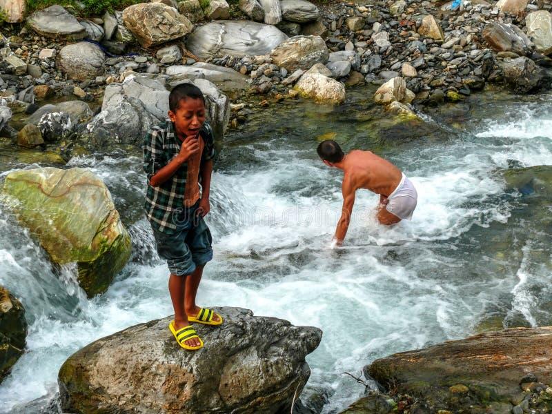 Ванна мальчиков в реке Marsyangdi около Besisahar стоковое изображение rf