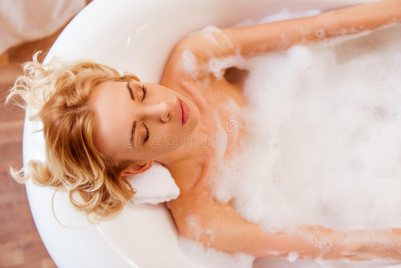 ванна принимая женщину стоковое фото rf