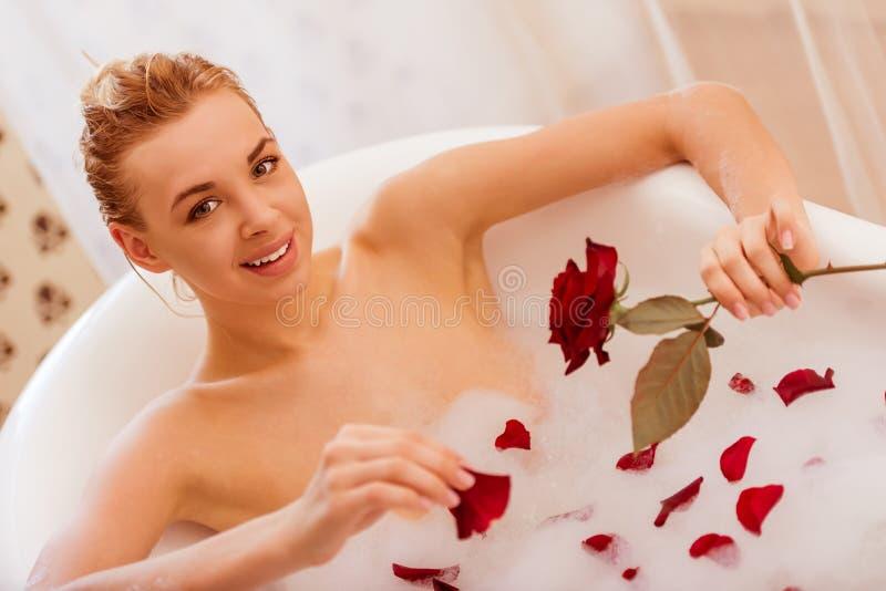 ванна принимая женщину стоковая фотография
