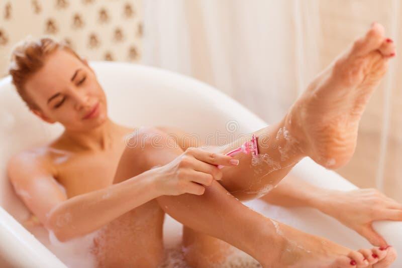 ванна принимая женщину стоковые изображения rf
