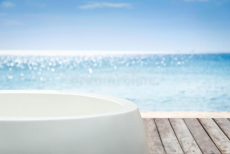 Ванна с взглядом к морю стоковое изображение