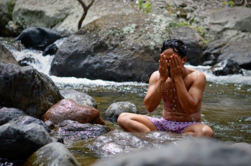 Ванна утра в реке, Индонезии стоковое фото rf