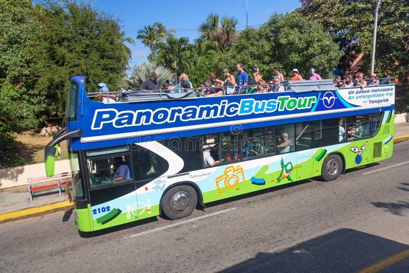 Варадеро, Куба - ноябрь 2018: Туристический автобус пляжа зеленого цвета Варадеро в Кубе Красные и зеленые панорамные автобусы дл стоковое фото rf