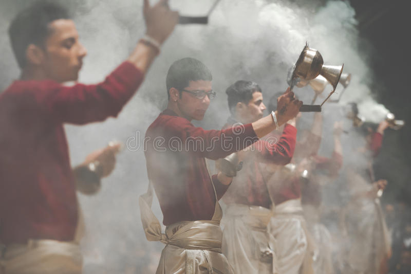 ВАРАНАСИ, ИНДИЯ - 25-ОЕ ЯНВАРЯ 2017: Развевая лампы Kapoor толпы стоковая фотография