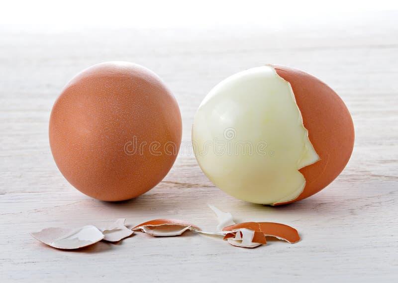 Вареное яйцо на белой древесине стоковые фото