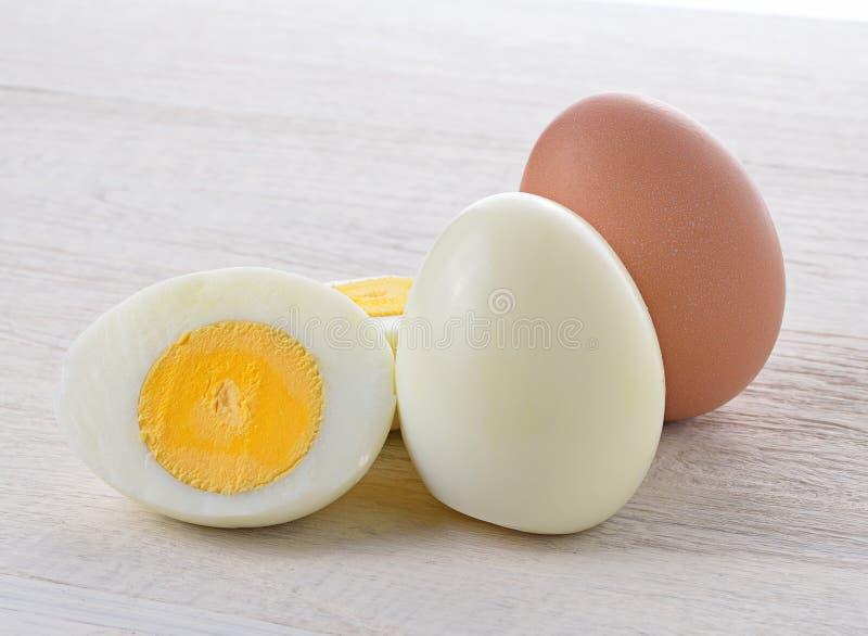 Вареное яйцо на деревянном стоковые изображения