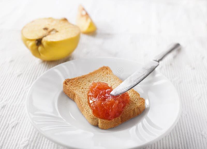 Варенье айвы на хлебе стоковое изображение